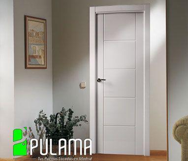 Puerta lacada ciega en madera maciza para interior con líneas que marcan 5 espacios geométicos