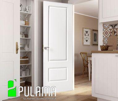 Puerta abatible blanca en madera maciza con 2 formas geometricas rectangulares