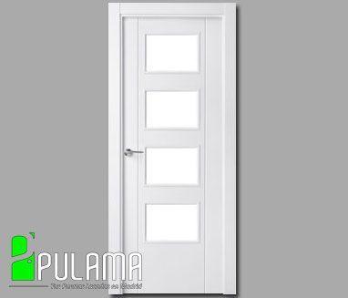 Puerta lacada abatible en blanco con 4 espacios geométricos con cristal