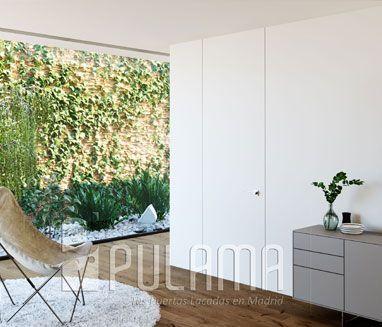 Puerta oculta sin marco modelo Escorial empotrada en pared